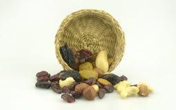 Organische gesunde sortierte Trockenfrüchte auf einer Platte Lizenzfreie Stockbilder