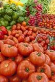 Organische groente op zonnige markt Stock Foto's