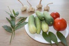 Organische groenten op lijst Omvat verse organische groenten Stock Foto's