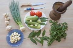 Organische groenten op lijst Omvat verse organische groenten en Komkommer op houten vloer Groene Komkommer, knoflook De zomerkade Royalty-vrije Stock Fotografie