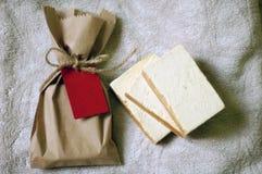 Organische handgemachte Seife in Kraftpapier-Tasche stockbilder