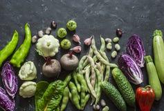 Organische het voedselachtergrond van tuingroenten Rode kool, courgette, peper, bieten, bonen, pompoenen, knoflook op donkere ach Stock Foto
