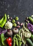 Organische het voedselachtergrond van tuingroenten Rode kool, courgette, peper, bieten, bonen, pompoenen, knoflook op donkere ach Royalty-vrije Stock Foto's