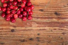 Organische inlandse kersen op houten achtergrond Stock Foto
