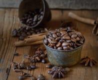 Organische Kaffeebohnen, Sternanis, Zimt auf dunklem hölzernem Hintergrund Stockbild