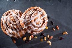 Organische kaneelbroodjes met noten en fruit royalty-vrije stock foto's