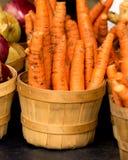 Organische Karotten im Korb Stockfotos