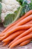 Organische Karotten und Blumenkohl Lizenzfreie Stockfotos