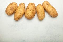 Organische Kartoffeln auf einem weißen Hintergrund, leerer Raum für Text stockfotos