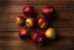 Organische kleine tuin rijpe appelen op houten plank Stock Afbeelding