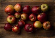 Organische kleine tuin rijpe appelen op houten plank Royalty-vrije Stock Afbeelding