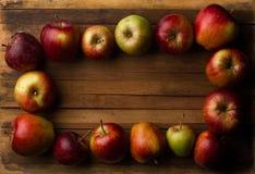 Organische kleine tuin rijpe appelen op houten plank Stock Foto