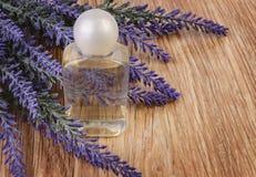 Organische Kosmetik in der Flasche und im Lavendel blüht auf hölzernem lizenzfreies stockfoto