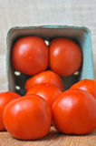 organische Kreuzung, die Tomaten schneidet Lizenzfreies Stockfoto