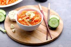 Organische Kruidige Wortelsalade met Komkommer en Knoflook het Concepten Houten Dienblad van de Veganistnatuurvoeding Stock Afbeelding