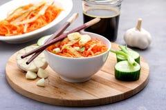Organische Kruidige Wortelsalade met Komkommer en Knoflook het Concepten Houten Dienblad van de Veganistnatuurvoeding Stock Afbeeldingen