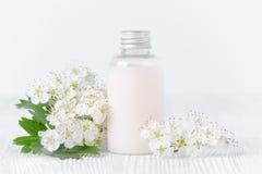 Organische lichaamslotion en verse bloemen stock afbeelding