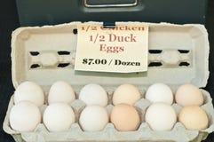 Organische, lokale eend en kippeneieren voor verkoop royalty-vrije stock foto