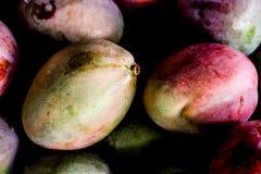 organische Mangos auf dem Tisch lizenzfreie stockfotografie