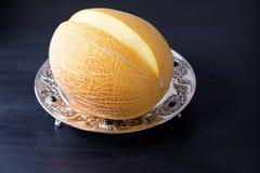 Organische Melone schnitt die Stücke, die auf einem Silbertablett sitzen stockfoto
