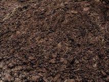 Organische meststoffentextuur Bemesting in de lente op het gebied stock foto