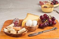 Organische Nahrungsmittel für ein französisches Weinprobeereignis Lizenzfreie Stockbilder