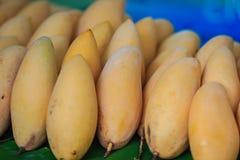 Organische Nam Dok Mai-mango's voor verkoop bij de fruitmarkt Na Royalty-vrije Stock Foto