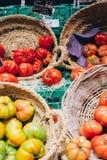 Organische natürliche ökologische Tomaten am Markt Stockbilder