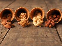 Organische noten met roomijskegels op hout Stock Foto