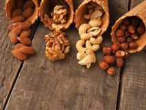 Organische noten met roomijskegels op hout Royalty-vrije Stock Foto