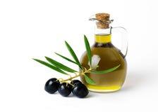 Organische Olive Oil mit Bündel Oliven lizenzfreie stockbilder