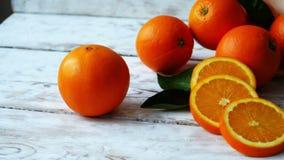 Organische Orange wählte frisch in einem Korb auf stilvoller Tabelle, Schuss des Transportwagens 4k aus stock footage
