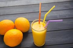 Organische Orangen und Saft stockfotos