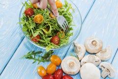 Organische paddestoelen Natuurlijke voeding Verse paddestoelen en arugulasalade, kersentomaten Royalty-vrije Stock Foto
