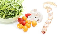 Organische paddestoelen Natuurlijke voeding Verse paddestoelen en arugulasalade, kersentomaten Royalty-vrije Stock Afbeelding