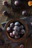 Organische reife purpurrote Prune Plums Lizenzfreie Stockfotografie