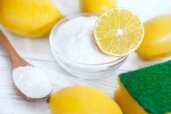 Organische Reiniger, Backnatron mit Zitrone stockfotografie