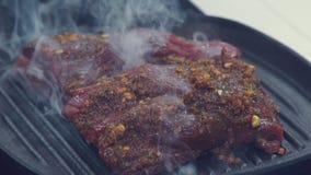 Organische Rindfleisch-Steaks gewürzt mit gebrochenem Pfeffer und Seesalz stock video footage