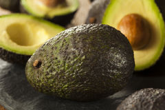 Organische rohe grüne Avocados Lizenzfreie Stockfotos