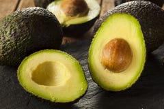 Organische rohe grüne Avocados Stockfoto