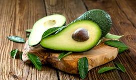 Organische Ruwe Groene die Avocado's in de Helft worden gesneden royalty-vrije stock afbeeldingen