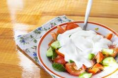 Organische Salade die uit Mengsel van Verse Groene Komkommers en Sappige Tomaten bestaan Stock Afbeelding