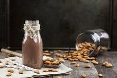 Organische Schokoladen-Mandel-Milch in einem Glas Stockfotos