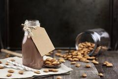 Organische Schokoladen-Mandel-Milch mit Tag Stockfoto