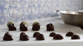 Organische Schokoladensoße des authentischen selbst gemachten Handwerkers auf deluxen kulinarischen Festlichkeiten stock video