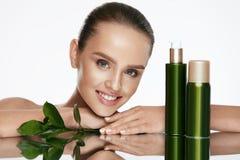 Organische schoonheid Jonge Vrouw met Gezonde Gezichtshuid stock fotografie
