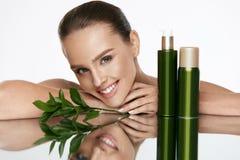 Organische schoonheid Jonge Vrouw met Gezonde Gezichtshuid royalty-vrije stock fotografie