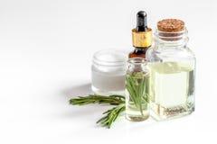 Organische schoonheidsmiddelen met uittreksels van kruidenrozemarijn op witte achtergrond royalty-vrije stock afbeelding
