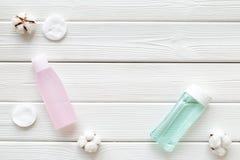 Organische schoonheidsmiddelen voor gezichtsopheldering met katoenen stootkussens, gezichts tonisch en myceliumwater wit achtergr royalty-vrije stock afbeelding
