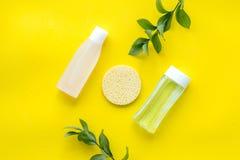 Organische schoonheidsmiddelen voor gezichtsopheldering met spons, gezichts tonisch, myceliumwater op de gele ruimte van het acht stock afbeeldingen